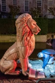 'Spuuglelijke' beelden van Johan van Oldenbarnevelt en zijn leeuw weggetakeld van de Zuidsingel