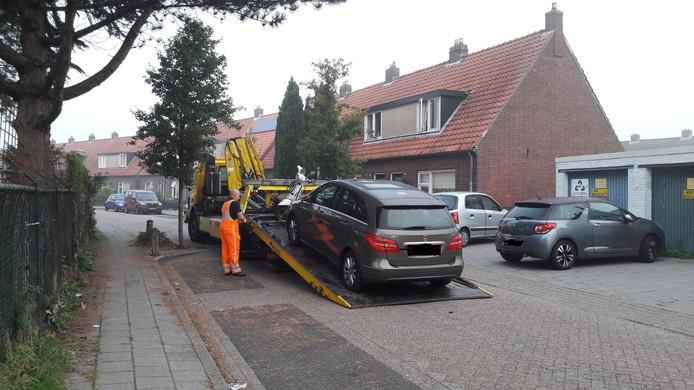 Een in beslag genomen scooter en Mercedes aan de Nieuwstraat worden afgevoerd.