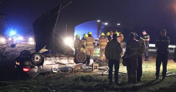 Twee gewonden bij zwaar ongeval op A1: auto over de kop tegen verkeersbord.