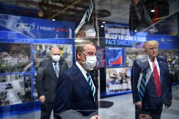 Jim Hackett , CEO van Ford Motor Company (links) en uitvoerend voorzitter William Clay Ford Jr. (midden) dragen in tegenstelling tot Trump wel mondmaskers.
