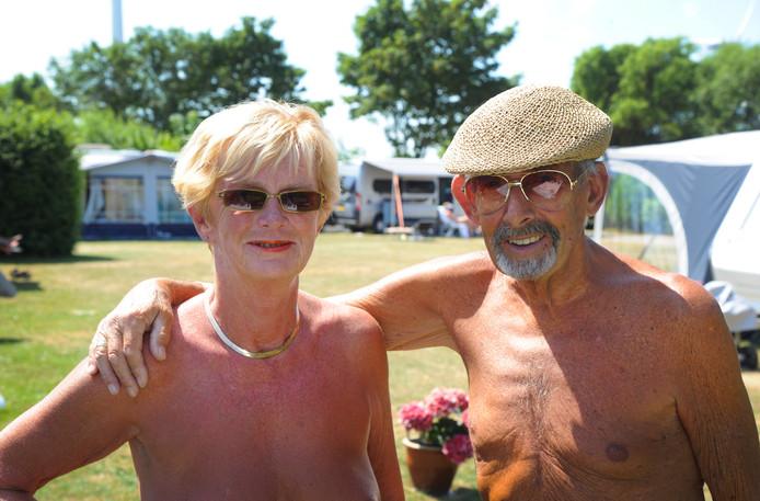 Els de Hoon van naturistencamping De Belt met de 80-jarige Carel Zuiderwijk, een van de oudste gasten.