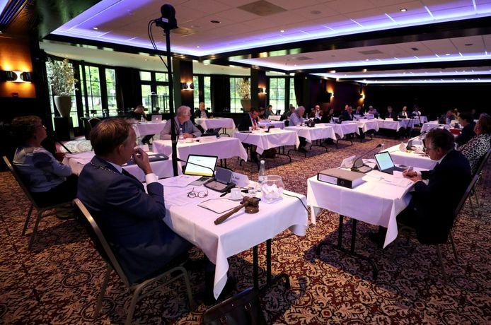 De gemeenteraad vergaderde in restaurant Kievitsdal om de 1,5-meterregel te kunnen respecteren.