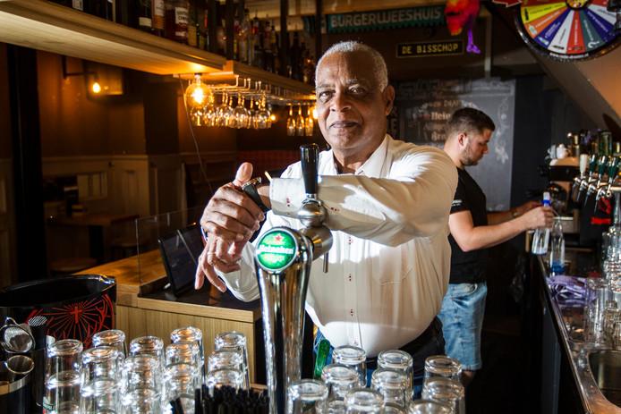 Rene Bishop in cafe de Bisschop in Deventer, dat is van zijn zoon en mede zanger Randy.