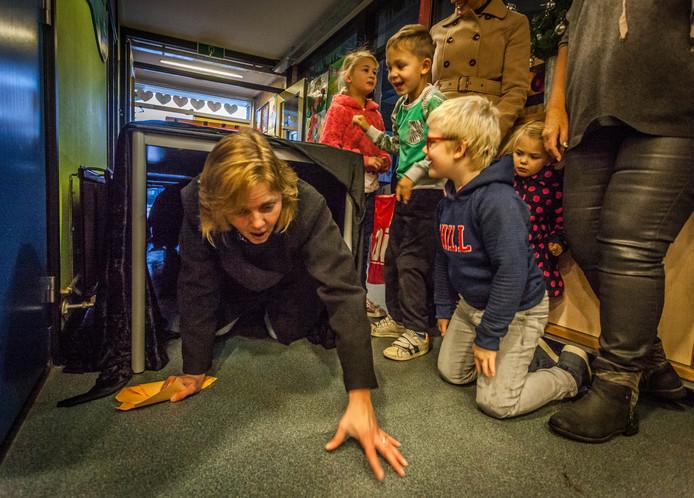 Hoeksche Waardse basisscholen houden vaker ludieke acties op stakingsdagen. Leraren van De Blieken in Klaaswaal gingen vorig jaar 'gebukt onder de werkdruk' de school binnen.