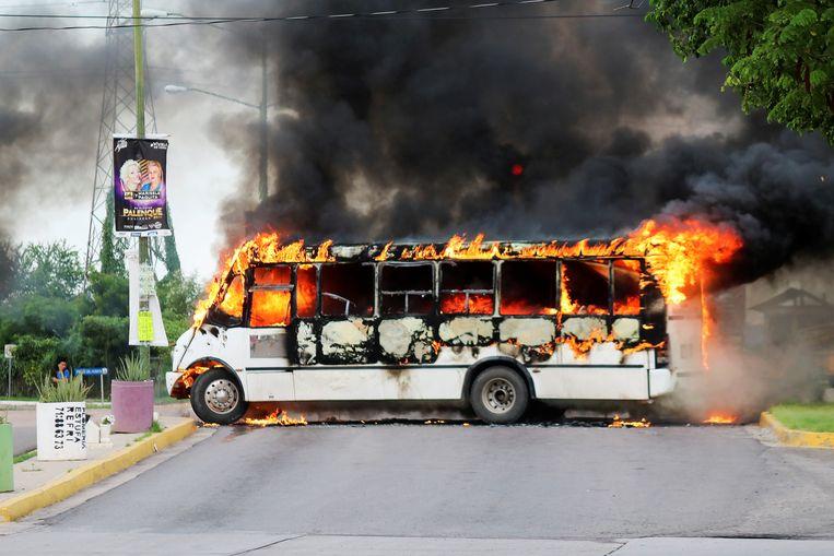 Tijdens de uitbraak van geweld gisteren in Culiacán staken leden van het Sinaloakartel onder meer bussen in brand. Beeld REUTERS