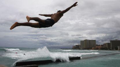 Waterpret op Hawaï terwijl huizen en straten overstromen door tropische storm Lane