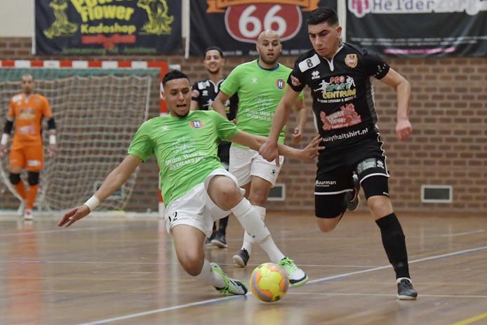 Rachid Boughalab, hier rechts op archiefbeeld te zien, verloor met Futsal Apeldoorn van HV/Veerhuys.