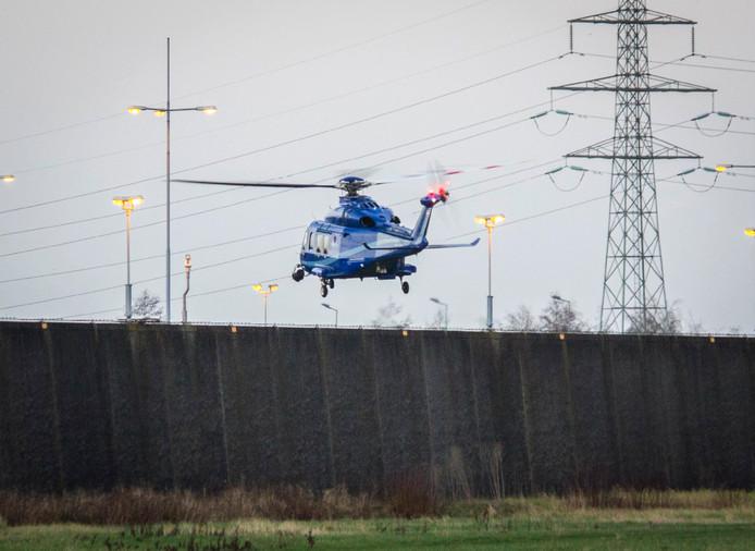De helikopter landde op de binnenplaats van de gevangenis