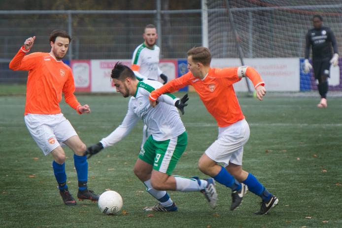 DVOV (oranje shirts), hier in actie tegen De Paasberg, begon met twee zeges aan het toernooi om de Rheden Cup.