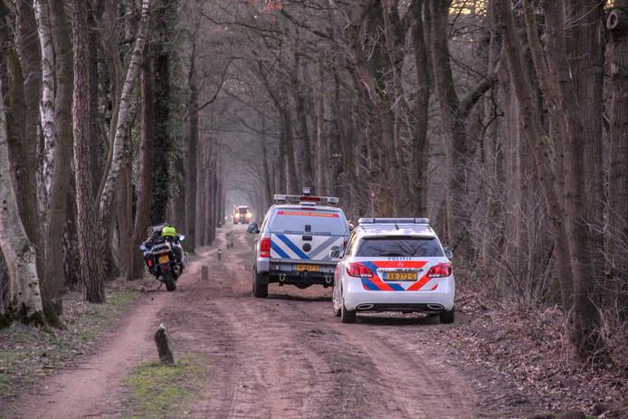 Politie en de Explosieven Opruimingscommando van het ministerie van Defensie ter plaatse aan de Keerdijk na vondst van een explosief.
