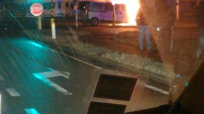 Bestelwagen brandt uit op kruispunt