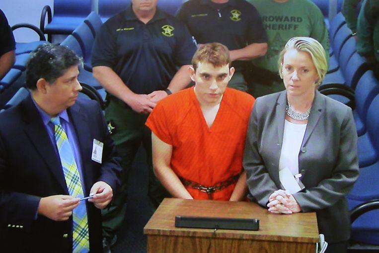 Een geboeide schutter Nikolas Cruz is in oranje gevangenisplunje voor het eerst voor de rechter geleid.