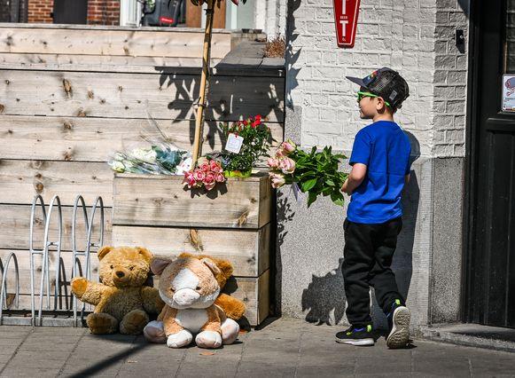 Kameraden van het koppel en vriendjes van de kinderen stroomden de hele dag toe met bloemen en knuffels.