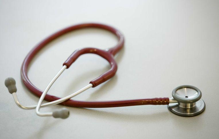 2014-06-04 11:37:29 (ARCHIEFFOTO 04-06-2014) AMSTERDAM - Een stethoscoop. Veel meer mensen krijgen de komende jaren te maken met hartproblemen. Het aantal patiënten met een hartinfarct, een beroerte en/of hartfalen stijgt naar 1,4 miljoen in 2040. Dat is 65 procent meer dan in 2011. Dat blijkt uit berekeningen van het RIVM in opdracht van de Hartstichting. ANP BART MAAT
