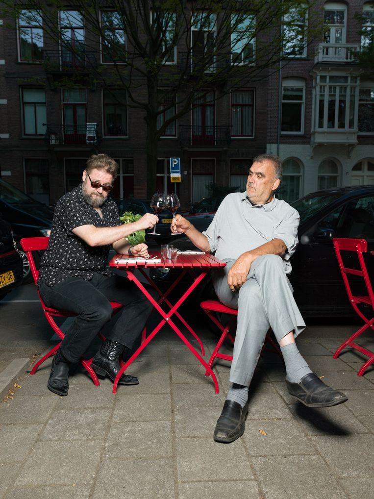Rob Hoogland en Martin Koolhoven proosten op een terrasje.  Beeld Ivo van der Bent