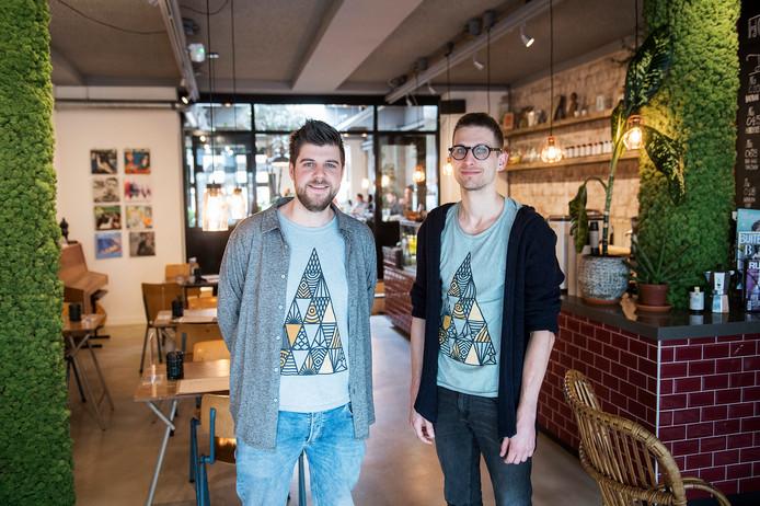 Christiaan Roest (links) en Kees Bruijns. Die t-shirts? Die verkopen ze hier. Hoort allemaal bij de 'branding' van Bahlu.