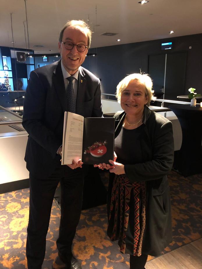 Jan Lonink, burgemeester van Terneuzen, overhandigde minister Ank Bijleveld het nieuwe Zeeuws-Vlaams kookboek Pottenkijken in Zeeuws-Vlaanderen.