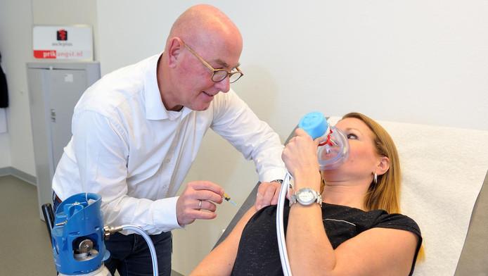 Patiënten met een prikfobie krijgen lachgas toegediend om zich te ontspannen.
