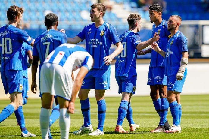 De spelers van Vitesse vieren vrijdagmiddag een doelpunt tegen sc Heerenveen.
