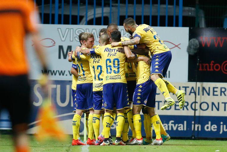 De spelers van Waasland-Beveren vieren de winning goal van Siebe Schrijvers.
