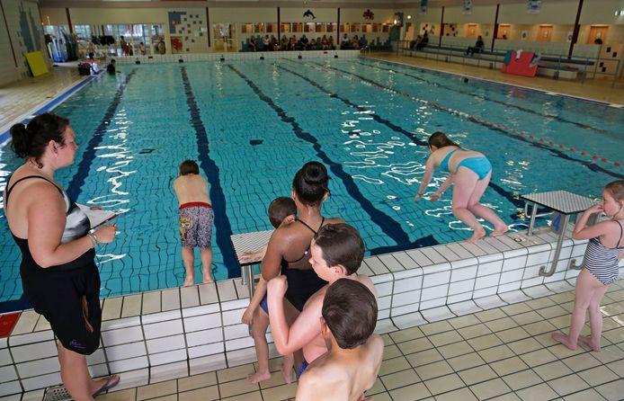 Het zwembad moet van de gemeente goed de waterkwaliteit in de gaten houden.