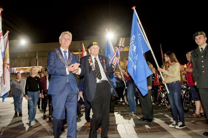 Veteraan Bil Pendall en burgemeester Jorritsma zijn onderweg naar het monument voor het ontsteken van het bevrijdingsvuur.