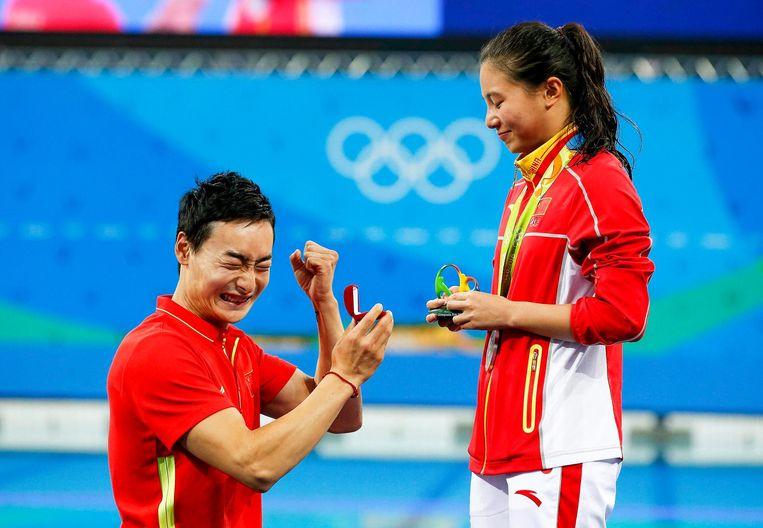 Duiker Qin Kai vroeg zijn ploeggenoot He Zi ten huwelijk tijdens de Olympische Spelen in Rio Beeld epa