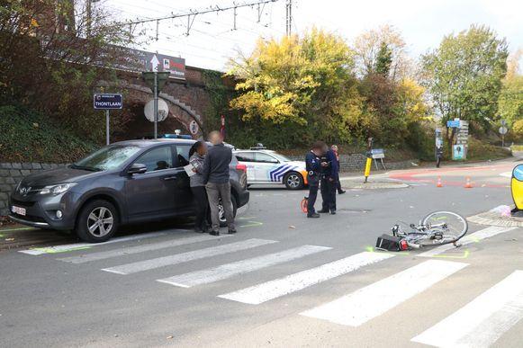 De terreinwagen greep de fietser bij het verlaten van de rotonde.