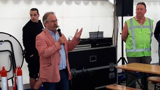 Wethouder Cees Lok opent de Themadag Duurzaamheid. Rechts luistert parkmanager Pieter Wierikcx mee.