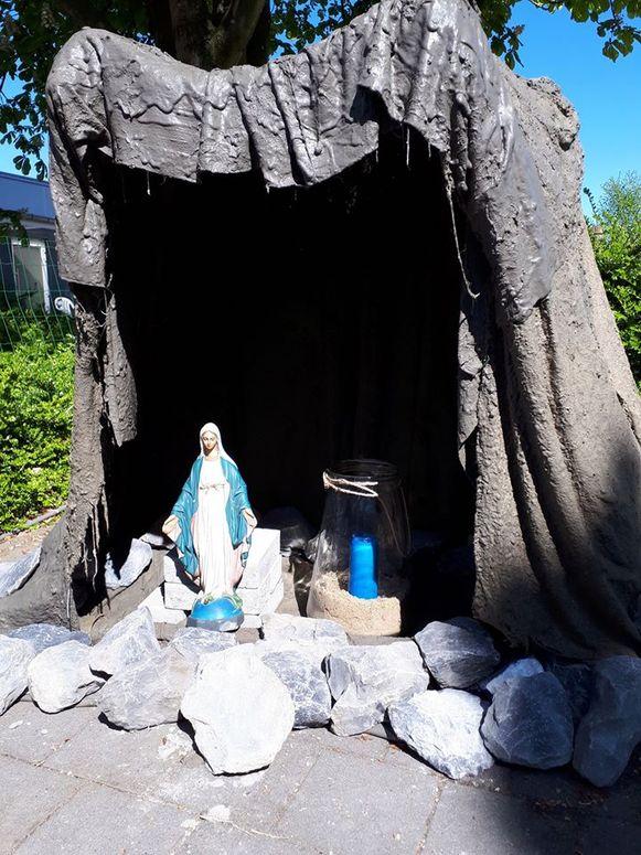 De zelfgemaakte grot in de tuin van woonzorgcentrum Rustenhove Ledegem.