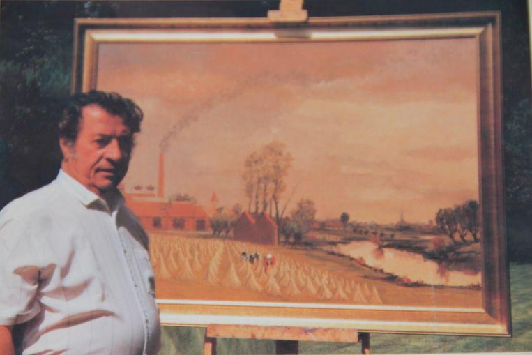 Leon Beel bij een van zijn schilderijen.