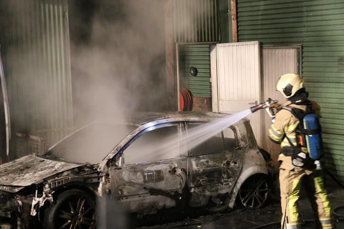 Autobrand bij autosloperij op industrieterrein Lage Weide in Utrecht