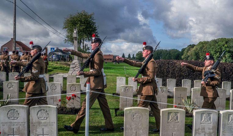 De onbekende soldaten werden met militaire eer begraven.