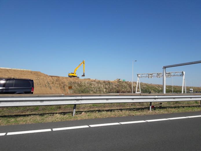 De aarden wal langs de Duitse Bocht in de A73 wordt weer op hoogte gebracht, zodat Beuningenaren iets rustiger kunnen slapen.