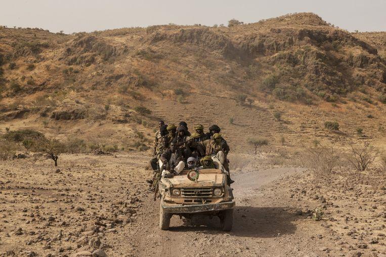 De rebellen van Abdel Wahid Al-Nur rijden door de bergen Beeld Adriane Ohanesian