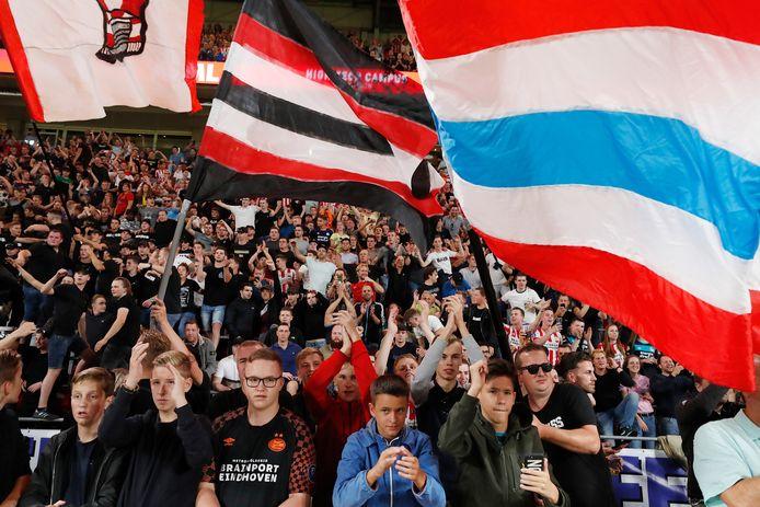 Supporters van PSV tijdens het duel in de voorronde met Apollon Limassol.