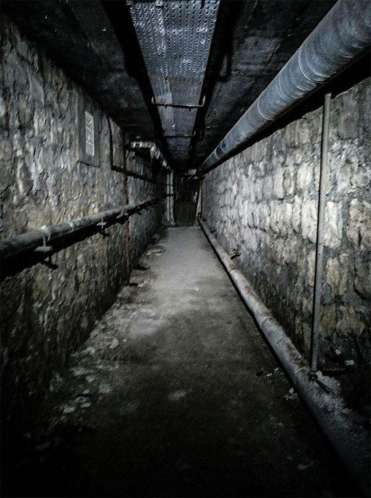 In de donkere gangen onder de instellingen zou het 'beest' hebben rondgedwaald volgens de legende.