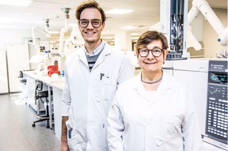 Olivier Heylen en Kathleen Croes, in het labo van AZ Groeninge