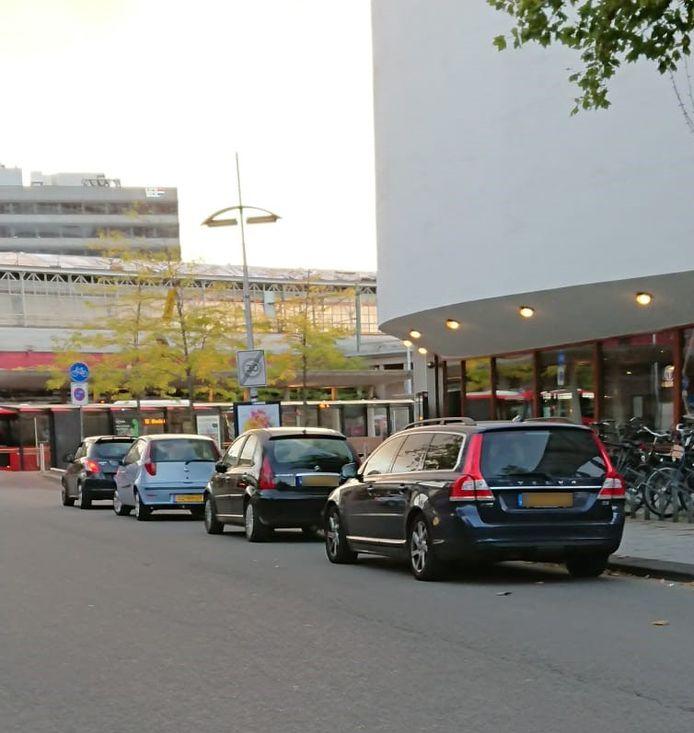 Ondanks het parkeerverbod staan regelmatig auto's in de Beursstraat te wachten.