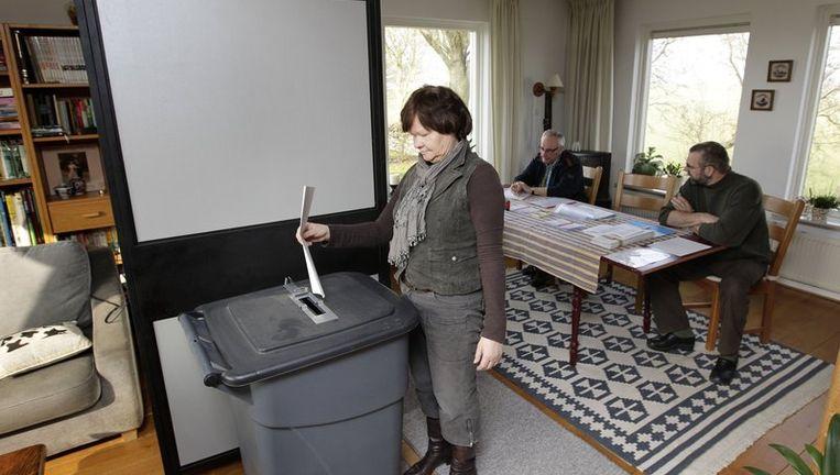 In Marle (Overijssel) brengt een kiezer zijn stem uit voor de verkiezingen van de Provinciale Staten in een stembureau dat is gevestigd in een huiskamer. Beeld null