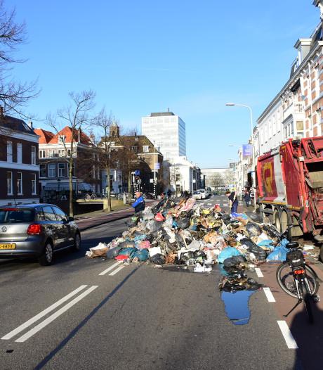 Ontploft batterijtje: Vuilnisman dumpt stapel brandend afval midden op de Mauritskade