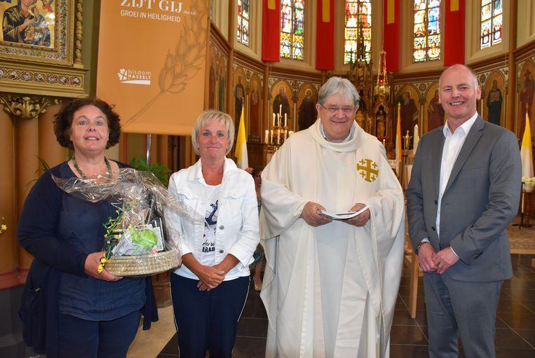 Het gemeentebestuur bedacht de jubilaris met een geschenkmand.