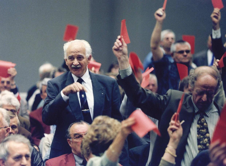 Vergadering van leden van het AOV in 1995 met in het midden oud-vicevoorzitter Turkenburg.