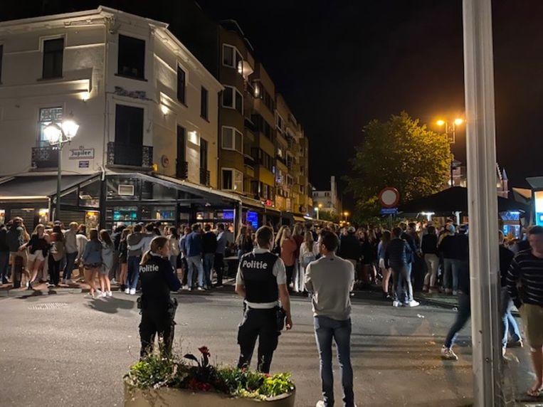 Na het sluitingsuur om 01.00 uur komen heel wat feestvierders samen in de uitgaansbuurt van Knokke-Heist. Beeld Mathias Mariën