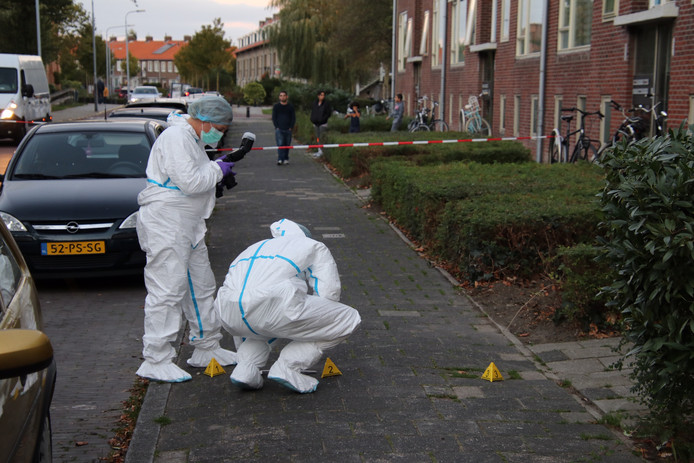 Onderzoek bij het huis in de Westerscheldestraat waar geschoten werd.