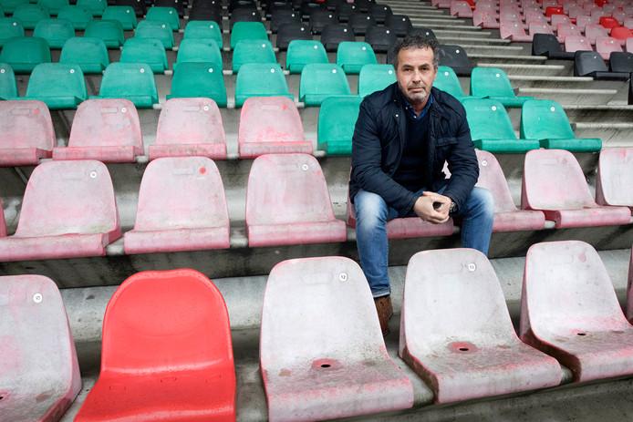Theo van Benthum op de verschoten stoeltjes in het Gofferstadion.