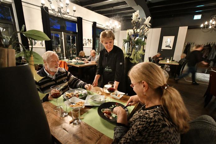 Eigenaresse Irma Rouweler serveert goede porties in haar eetcafé.