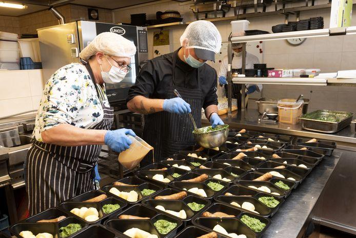 De maaltijden worden bereid in de keuken van De Korenmolen. Het Eerbeekse restaurant gaat op 1 juni weer open, waardoor de liefdadigheidsactie is beëindigd.