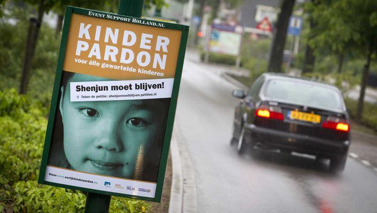 Een bord in de gemeente Bunnik met de oproep tot het tekenen van de petitie voor het kinderpardon. Het initiatief van burgemeester Hans Martijn Ostendorp krijgt veel bijval van zijn collega's. Beeld anp