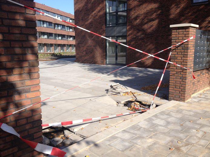 Hier reed de brandweerwagen zich vast. De zware tankautospuit zakte door de tegels. Deze toegang naar de flats aan De Genestetlaan is ook niet bedoeld voor zware voertuigen.